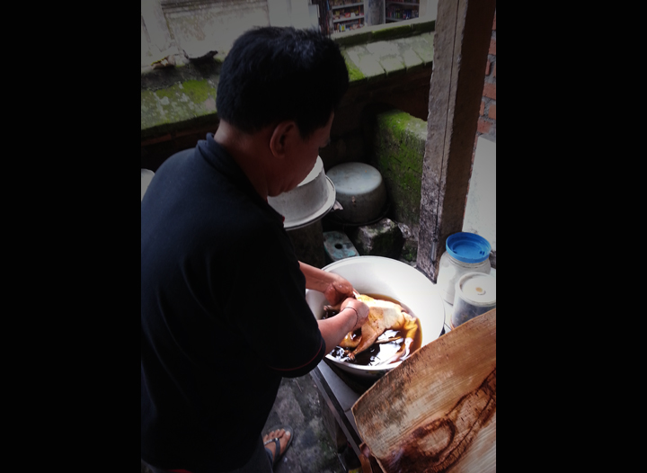 A mix of oil, shrimp paste, tamarind and salt is used to massage the duck and break the bones a little.